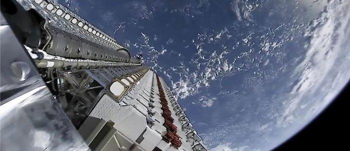 Más de 60 satélites Starlink orbitando la Tierra antes del despliegue.